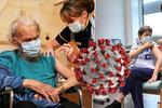 Zarudlá kůže a příznaky chřipky. V Česku se objevily vedlejší účinky očkování proti covidu