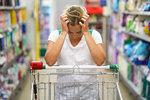 Minulý týden prošel Poslaneckou sněmovnou ČR návrh Radima Fialy ze strany SPD o tom, že obchody budou muset povinně prodávat české potraviny. Jak se nás ale ve skutečnosti tahle pomýlená výzva k nacionalitě dotkne? Jak by reálně vypadaly regály v obchodech a jak by se to všechno promítlo v našich nákupních zvyklostech, stravování a životním stylu? Přestože máme velkou naději, že Senát zavedení povinných kvót smete, pojďme se na to podívat!