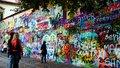 Vandalové čmárají na Lennonovu zeď sprosťárny: Majitel podal trestní oznámení, chce ji vrátit do důstojného stavu