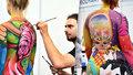 Umělci se v Holešovicích vyřádili na nahých modelkách. Nejintimnější partie zakryly barvy