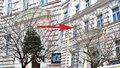 Kauza uvíznutého vánočního stromu ve větvích v Praze 2: Nikomu už neublíží a nic nepoškodí, sundala ho specializovaná firma