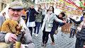 Turisté na Staromáku tancují mazurku: Velikonoční trhy je baví, co je na nich vůbec poprvé?