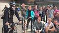 »Lomecký, kam se podíváš«: Centrem Prahy projel maskovaný peloton cyklistů