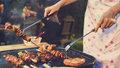 Grilování masa: Nejčastější chyby, kvůli kterým je suché, hořké, nebo špatně propečené