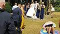 Milovnice sluníčka zkazila svatbu! Odmítla se hnout ze záběru svatební fotky