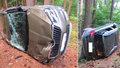 Řidič otočil škodovku přes střechu v lese, neměl tam co dělat
