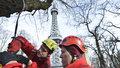 Petřínská rozhledna plná hasičů! Evakuovali dva lidi, cvičili požární poplach