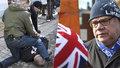 Útok na ministra: Muž v protimigrantském triku se ho pokusil praštit a skončil na dlažbě