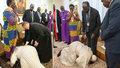Papež šokoval rozhádané politiky: Klekl si a políbil všem nohy, prosil je tak o mír