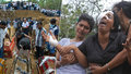 Při útocích na Srí Lance přišla o muže, dceru i syna: Zdrcená žena se zhroutila při pohřbu