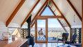Z chaty ve tvaru stanu se nabízí úžasný výhled na údolí Kimo