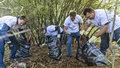 Dnes se uklízí Česko. V lese dobrovolníci našli injekční stříkačky i součástky z počítačů