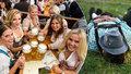 Láska na Oktoberfestu: Mladík požádal o ruku záchranářku (27). Po ošetření v sanitce