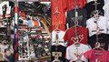 Značkové oblečení i luxusní kosmetika. Kradmý prodej tisíců padělků v holešovické tržnici zarazili kriminalisté