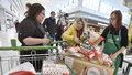 Češi byli rekordně štědří. Pro samoživitelky i opuštěné děti vybrali 382 tun zboží