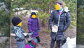 Rodiče se třemi dětmi utekli do lesa kvůli koronaviru: Hrozí jim postih za zanedbání péče!
