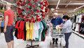 Zkoušení oblečení v obchodech nebude povoleno. Koronavirus vydrží na oděvu dva dny