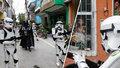 Karanténu hlídá pěchota ze Star Wars. Exotický ráj poslal do ulic  Darth Vadera a Stormtroopery