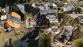 Sedmičlenná rodina zůstala na ulici: Vysněný dům se jim zřítil z útesu