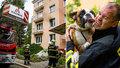 Nádherné fotky hasičů z Liberce: Z hořícího bytu zachránili pejska, ten jim za to poděkoval!