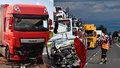 Smrtelná nehoda na Kolínsku: Náklaďák smetl osobní vůz, řidič na místě zemřel