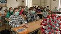 Žákovská, penál a aspoň 2 roušky: Žáci nově musí mít zakrytý nos a ústa i při výuce. Jak nové nařízení přijali?