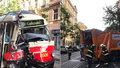 Popeláři se na Vinohradech srazili s tramvají. Kvůli nehodě byl přerušený provoz