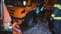 Pod sypačem se propadla silnice: Hasiči ho dvě hodiny složitě vyprošťovali