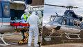 Policejní vrtulník pomáhá v nouzi s převozem nemocných covidem-19: První transport zachytil fotograf
