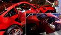 Luxusní porsche rozstřelil řidič o sloup: Zraněný spolujezdec zůstal zaklíněn uvnitř