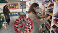 Část lidí je z otevřených obchodů zmatená. Bloudí po centrech a hledá, kam může zajít