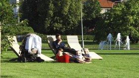 Lehátka na náměstí v Praze 4 vydržela už rok. Radnice pořídila i ležadla