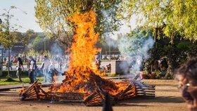 Češi se pustili do pálení čarodějnic. Ohně už hoří, hasiči radí opatrnost