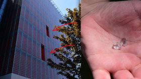 Pozor! Z budovy archivu odpadávají obří skleněné tabule! Stavba roku 2007 stála 700 milionů