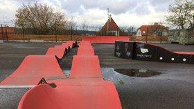 Sportoviště v Újezdu nad Lesy je přes léto zavřeno. Roste tam nový skatepark