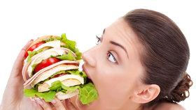 Jak ošálit hlad a necpat se víc, než tělo potřebuje? 4 triky pro jedlíky