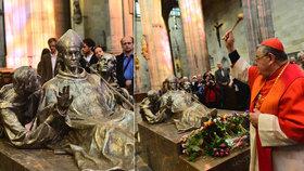 Sousoší sv. Vojtěcha se vrátilo do svatovítské katedrály. Požehnal mu kardinál Duka