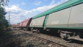 Ve Vršovicích vykolejil nákladní vlak. Pět vagonů skončilo mimo trať, provoz stojí