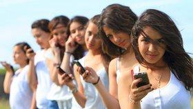 """Dívkám po celém světě zakazují mobily. """"Vedou k těhotenství a svádí do pekla"""""""