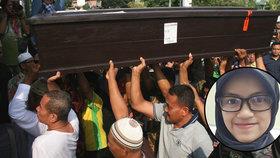 Pohřeb první z obětí pádu letadla: Matka mladé úřednice (†24) zkolabovala