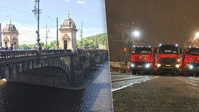Náklaďáky najely na most Legií: Prověří, v jakém je stavu