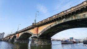 Kontrola Palackého mostu omezí dopravu. Auta i tramvaje pojedou jinudy