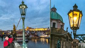 Světlonoš z Karlova mostu: Jeden z posledních lampářů světa každý den rozsvěcí centrum Prahy