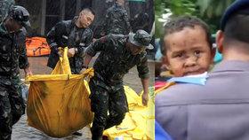 VIDEO: Dvanáct hodin po úderu vánoční tsunami vysvobodili z ruin malého chlapečka!