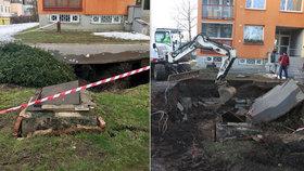 Obrovská díra v zemi: Na Černém Mostě se už podruhé propadla zem! Přímo pod chodníkem