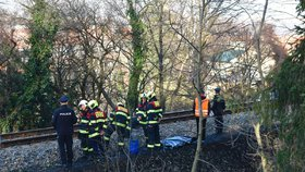 Smrt na kolejích: Člověk zemřel po střetu s vlakem v Černošicích, provoz byl omezen