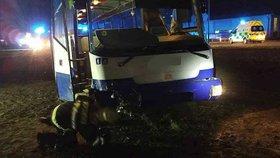 Na Pardubicku se srazil autobus s osobákem! Několik lidí se zranilo