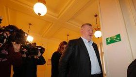 Rittig a bývalý šéf DPP u soudu kvůli předraženým jízdenkám: Pět let vězení a pokuta deset mega, navrhuje žalobce