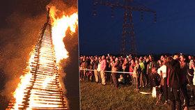 Už hoří! Největší vatra v republice je zažehnutá. V Praze a okolí se pálily čarodějnice
