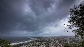 Statisíce lidí evakuují a turisty varují: Mohutný cyklon se řítí na Indii
